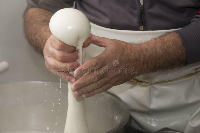 Προετοιμασία της μοτσαρέλας σε ένα γαλακτοκομείο στοκ φωτογραφία με δικαίωμα ελεύθερης χρήσης