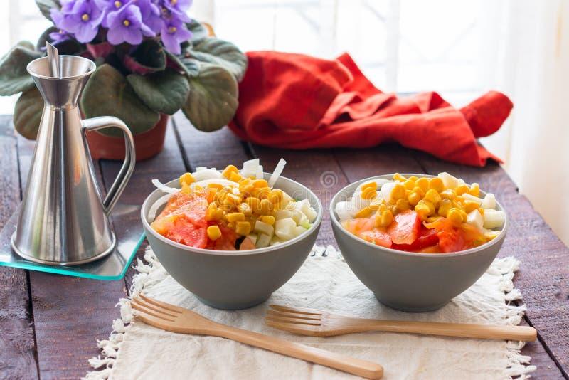 Προετοιμασία της υγιούς σαλάτας λαχανικών σε δύο κύπελλα στοκ φωτογραφίες