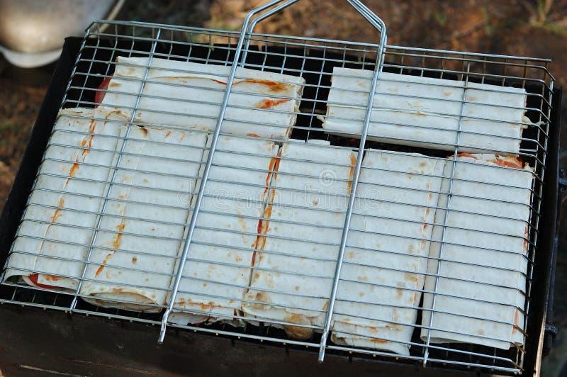 Προετοιμασία του γεμισμένου pita στη σχάρα στοκ φωτογραφίες με δικαίωμα ελεύθερης χρήσης