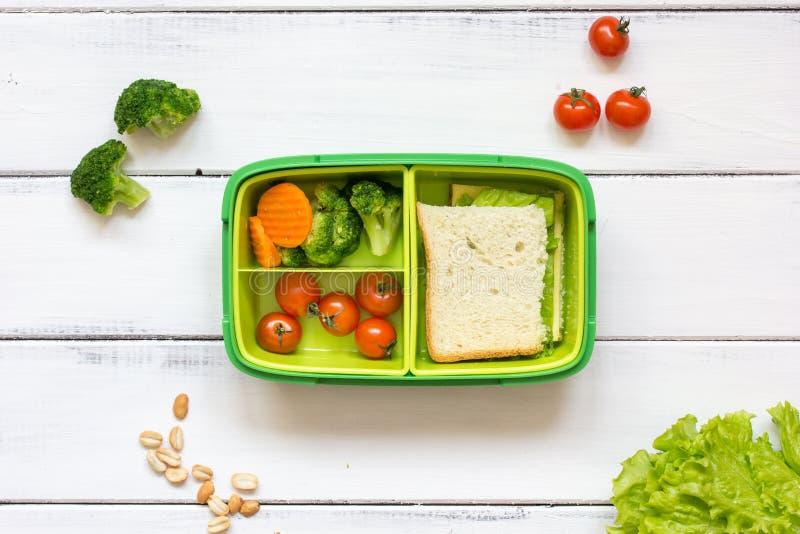 Προετοιμασία του μεσημεριανού γεύματος για τη σχολική τοπ άποψη παιδιών σχετικά με το ξύλινο υπόβαθρο στοκ εικόνες
