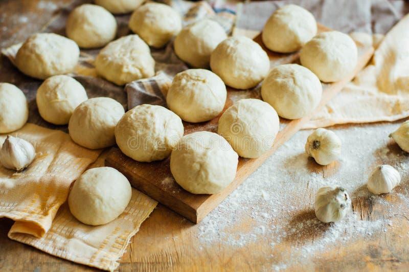 Προετοιμασία του ψωμιού κουλουριών Αγροτικό ύφος Συστατικά για το σπιτικό BR στοκ φωτογραφίες με δικαίωμα ελεύθερης χρήσης