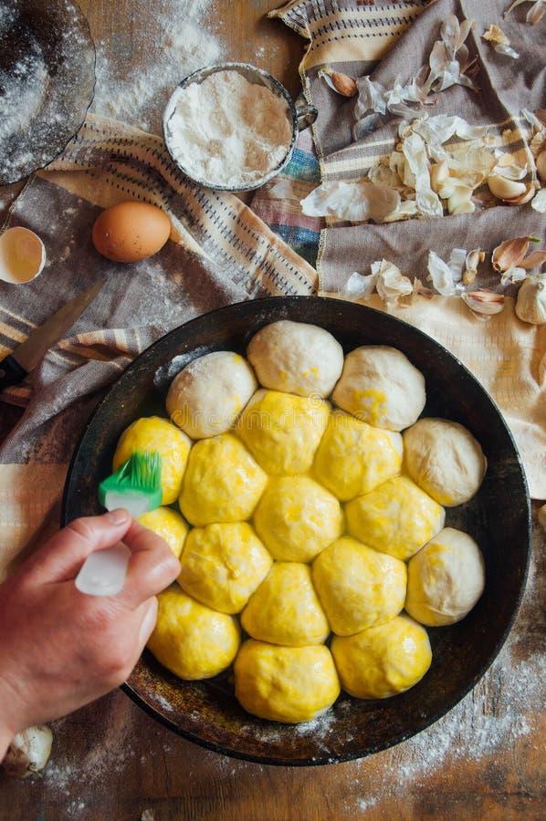 Προετοιμασία του ψωμιού κουλουριών Αγροτικό ύφος Συστατικά για το σπιτικό BR στοκ φωτογραφίες
