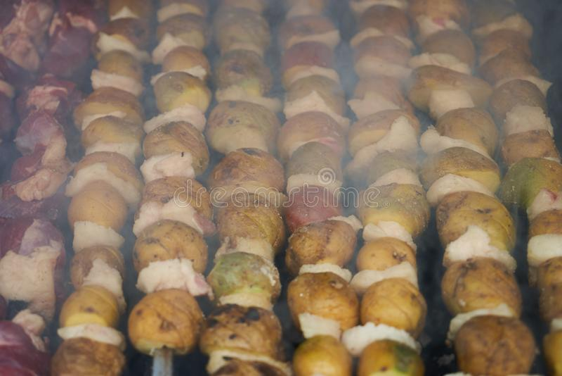 Προετοιμασία του shish kebab, κινηματογράφηση σε πρώτο πλάνο Ψημένος στη σχάρα shish kebab στοκ φωτογραφία