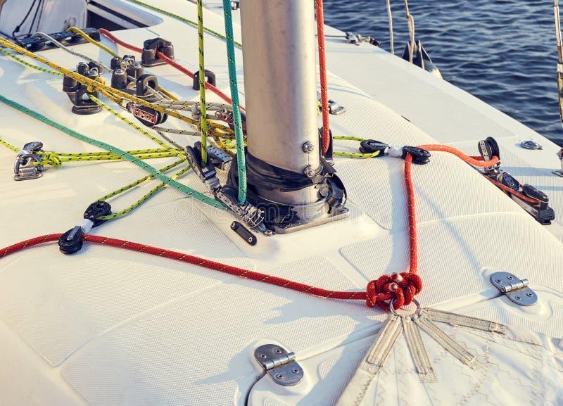 Προετοιμασία του staysail για τη χρήση στοκ φωτογραφία