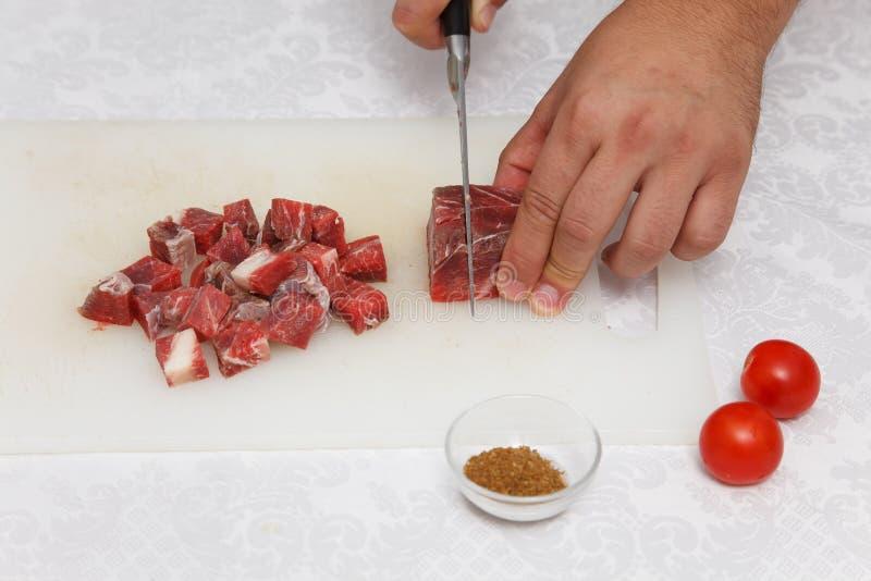 Προετοιμασία τροφίμων - ακατέργαστο κρέας κοπής στοκ φωτογραφίες με δικαίωμα ελεύθερης χρήσης