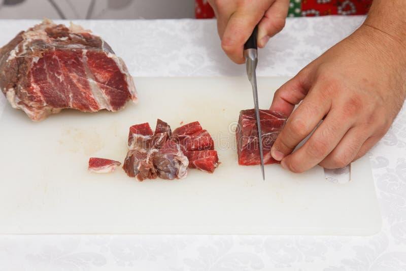 Προετοιμασία τροφίμων - ακατέργαστο κρέας κοπής στοκ φωτογραφία με δικαίωμα ελεύθερης χρήσης