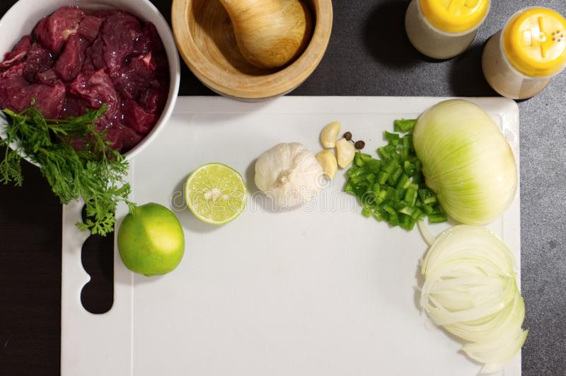 Προετοιμασία τροφίμων, κρέας με τα καρυκεύματα στοκ εικόνα