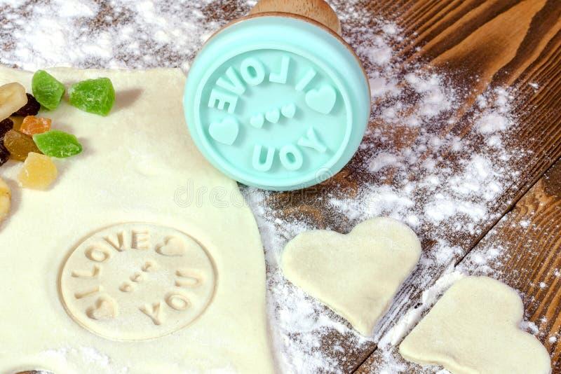 Προετοιμασία των σπιτικών μπισκότων για την ημέρα βαλεντίνων ` s Το ξεδίπλωμα στοκ εικόνες με δικαίωμα ελεύθερης χρήσης