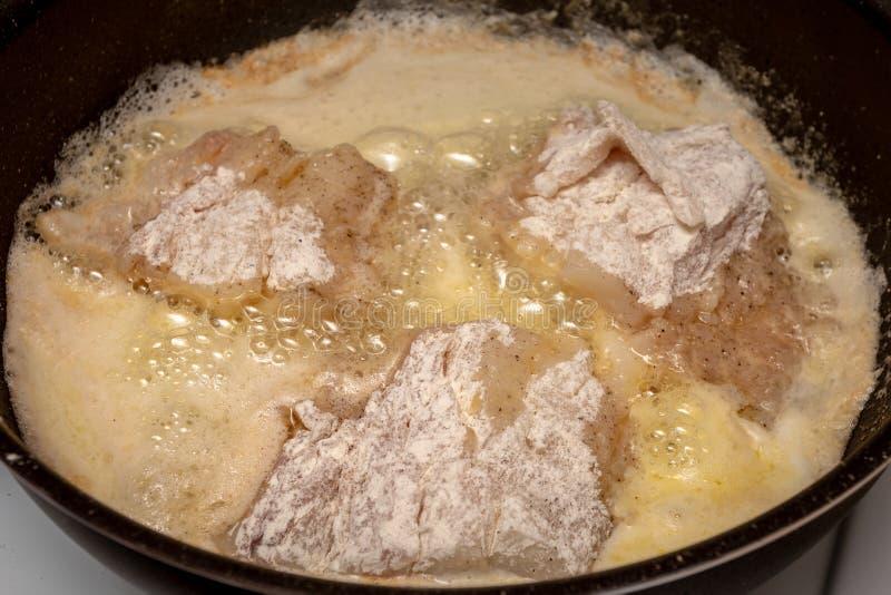 Προετοιμασία των τηγανισμένων ψαριών στην κουζίνα στοκ εικόνα