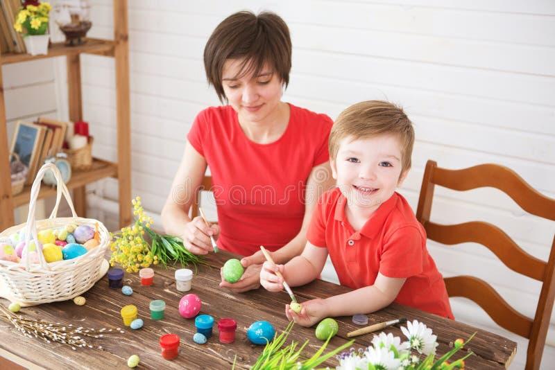 Προετοιμασίες Πάσχας Ευτυχής νέος χρόνος εξόδων μητέρων με το χαρούμενο γιο της Ευτυχής οικογένεια Mom και αυγά Πάσχας χρωμάτων γ στοκ εικόνες