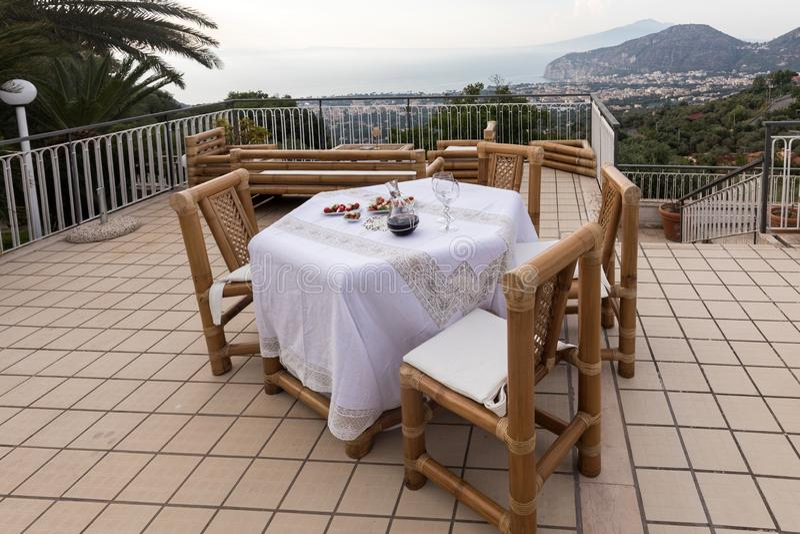 Προετοιμασμένος για τον πίνακα βραδυνού στο πεζούλι που αγνοεί τον κόλπο της Νάπολης και του Βεζούβιου Σορέντο στοκ φωτογραφία με δικαίωμα ελεύθερης χρήσης