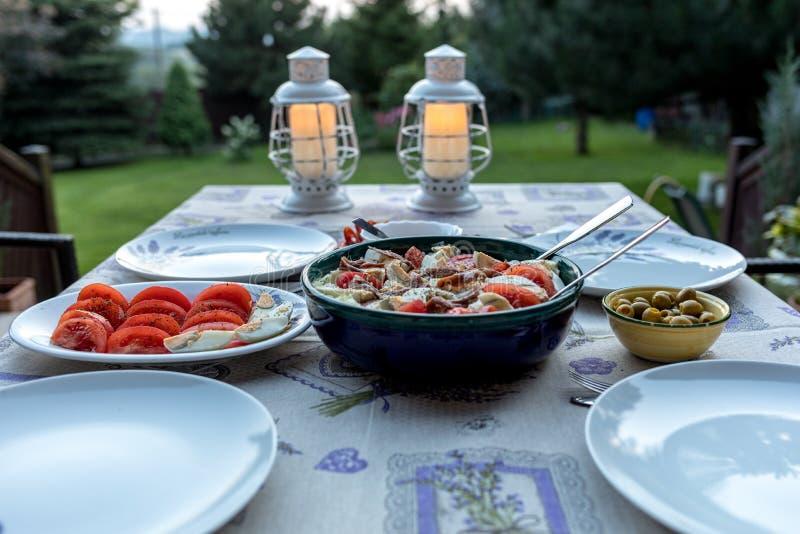 Προετοιμασμένος για τον πίνακα βραδυνού στο πεζούλι στοκ φωτογραφίες