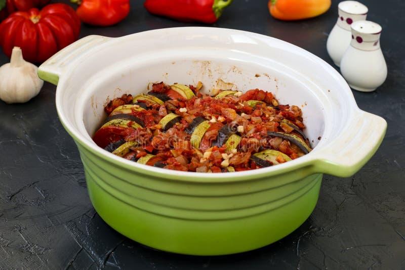Προετοιμασμένο ratatouille είναι με κεραμική μορφή Ψημένα λαχανικά: μελιτζάνες, κολοκύθια και ντομάτες στοκ φωτογραφία με δικαίωμα ελεύθερης χρήσης
