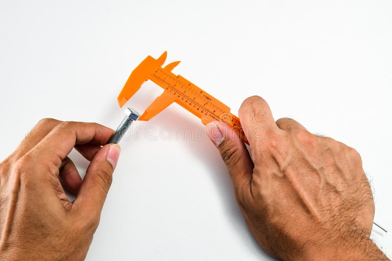 Προετοιμαστείτε να μετρήσετε τη διάμετρο της επικεφαλής βίδας κόμβων στοκ φωτογραφίες