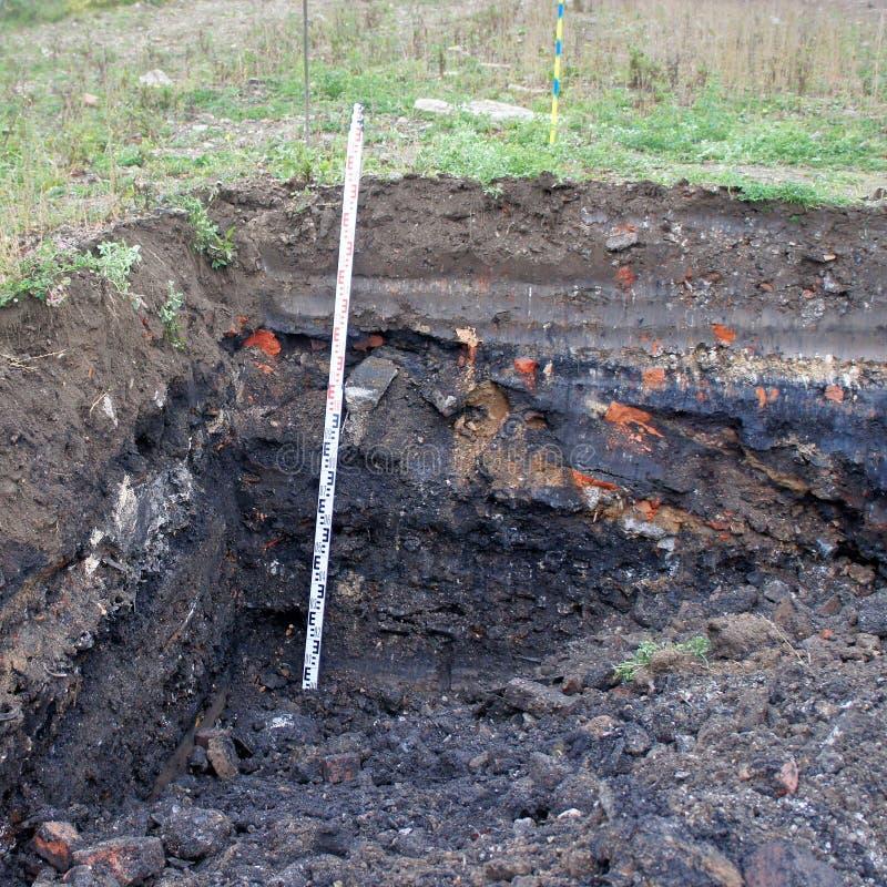 Προηγούμενη απόρριψη σκουπιδιών στο κοίλωμα ανασκαφής, ο Μαύρος που αποχρωματίζεται και στοκ εικόνες με δικαίωμα ελεύθερης χρήσης