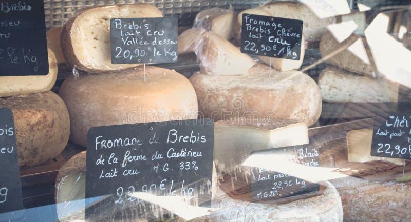 Προθήκη ενός μικρού εμπόρου τυριών σε μια αγορά βουνών στοκ εικόνες με δικαίωμα ελεύθερης χρήσης