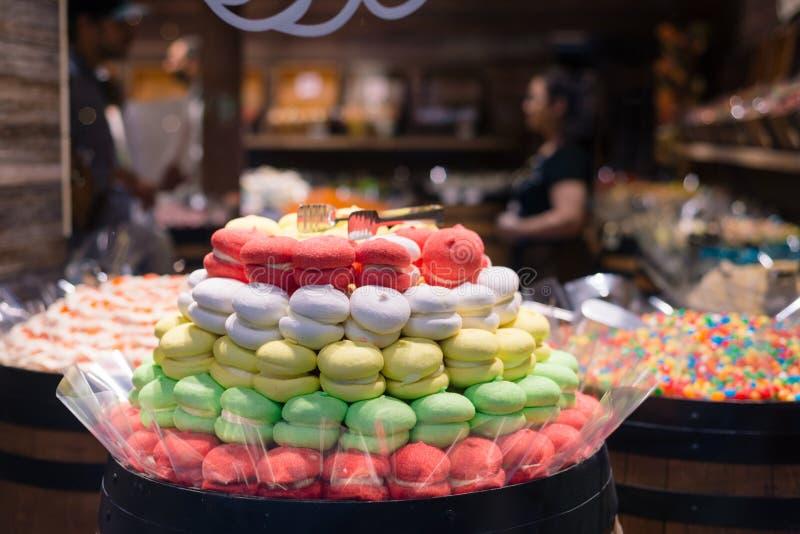 Προθήκη προθηκών καραμελών με τους διαφορετικούς τύπους γλυκών στην Πράγα κεντρικός Μεγάλο κιβώτιο της σοκολάτας, φρούτα, ζελατίν στοκ εικόνα