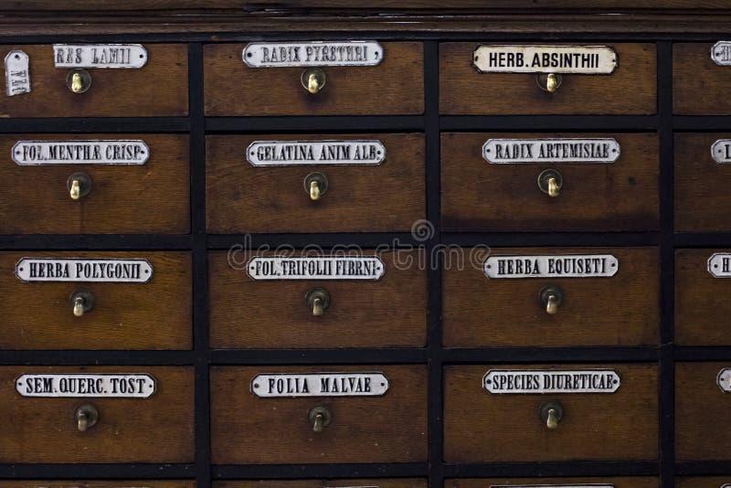 Προθήκη σε ένα παλαιό φαρμακείο Μουσείο φαρμακείων σε Lviv στοκ εικόνα