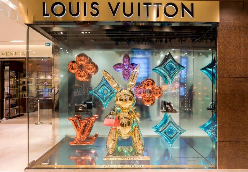 Προθήκη του διάσημου εμπορικού σήματος Louis Vuitton τσαντών σχεδιαστών στοκ εικόνα