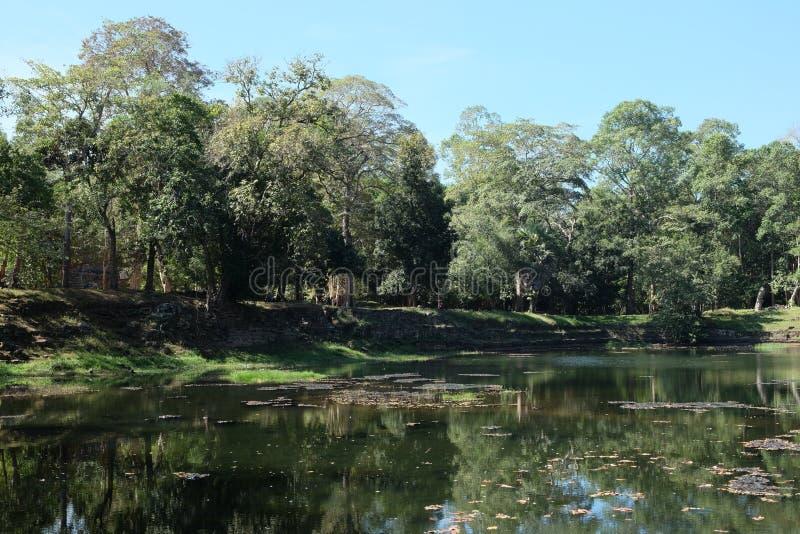 Προκαλούμενη από τον άνθρωπο λίμνη, η ακτή και το κατώτατο σημείο της οποίας είναι ευθυγραμμισμένες με την πέτρα Η αρχαία Khmer δ στοκ εικόνες με δικαίωμα ελεύθερης χρήσης
