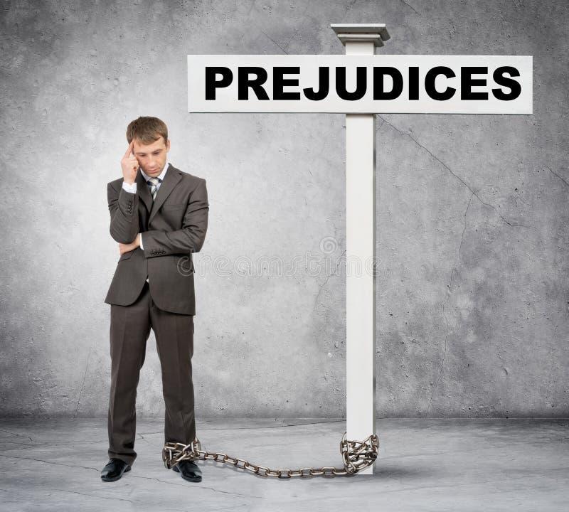 Προκατάληψη λέξης επιχειρηματιών στο μετα σημάδι στοκ εικόνες