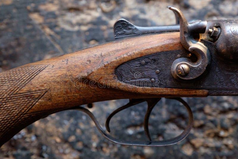 Προκαλέστε ένα παλαιό τουφέκι κυνηγιού στοκ εικόνες