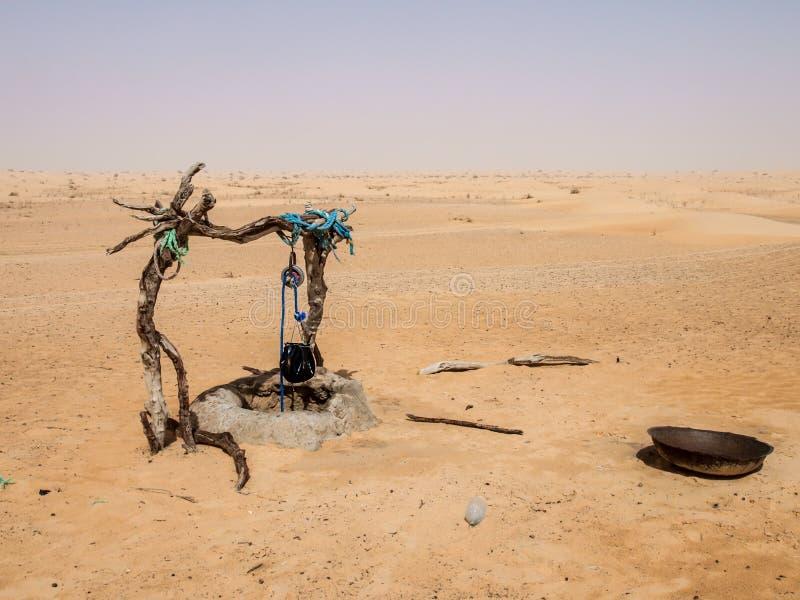 Προκαλούμενη από τον άνθρωπο κατανάλωση καλά με το σχοινί και τον κάδο στην έρημο Σαχάρας στοκ φωτογραφία με δικαίωμα ελεύθερης χρήσης