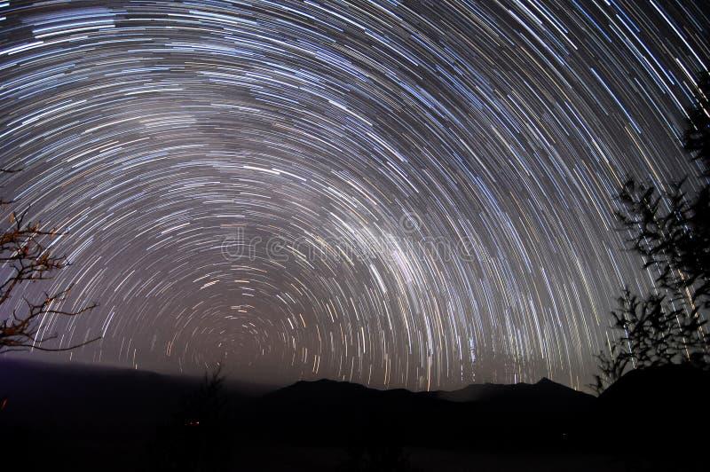 προκαλούμενη φωτογραφική μηχανή γήινη έκθεση μακριά ίχνη αστεριών περιστροφής s μετακίνησης στοκ φωτογραφία με δικαίωμα ελεύθερης χρήσης
