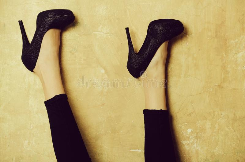 Προκλητικά θηλυκά πόδια στα κομψά μαύρα παπούτσια στα υψηλά τακούνια στοκ εικόνα με δικαίωμα ελεύθερης χρήσης