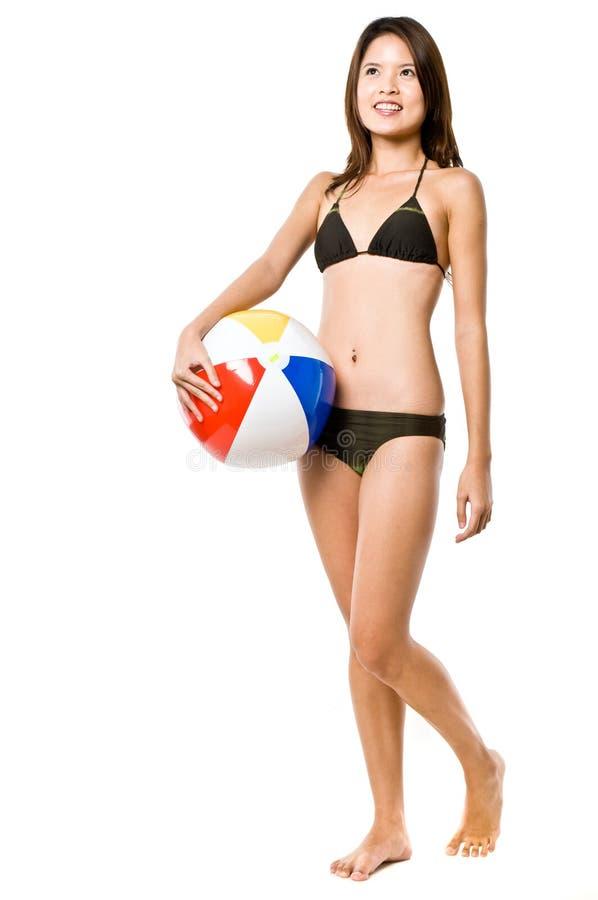 Προκλητικά κορίτσι και Beachball στοκ εικόνες
