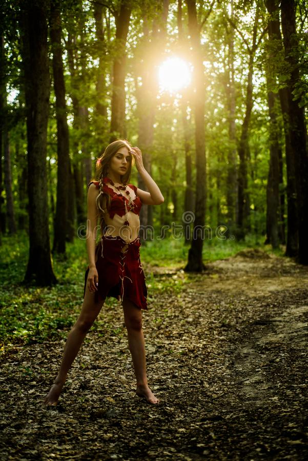 Προκλητικά πόδια γυναίκα της Αμαζώνας προκλητική μάγισσα cougar θηλυκό άγρια γυναίκα στο δασικό προκλητικό κορίτσι στα ενδύματα σ στοκ εικόνα