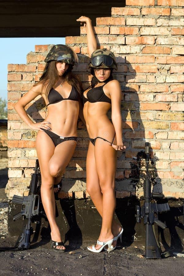προκλητικές δύο γυναίκε&s στοκ εικόνα