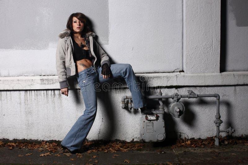 προκλητικές μοντέρνες νεολαίες γυναικών στοκ φωτογραφία