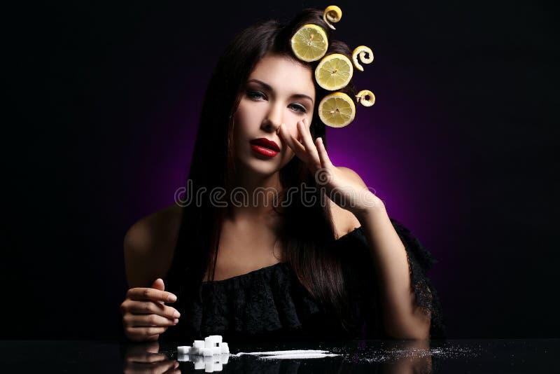 Προκλητική γυναίκα με τα λεμόνια στο hairstyle της στοκ εικόνα με δικαίωμα ελεύθερης χρήσης