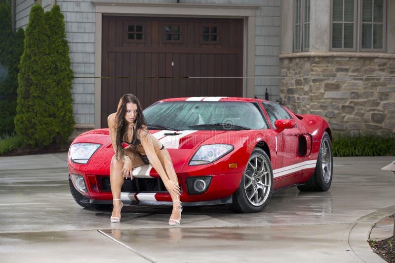 Προκλητική γυναίκα με το κόκκινο αθλητικό αυτοκίνητο στοκ φωτογραφίες με δικαίωμα ελεύθερης χρήσης