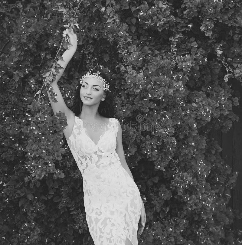 προκλητική γυναίκα Γυναίκα στην τιάρα και το γαμήλιο φόρεμα στοκ φωτογραφία με δικαίωμα ελεύθερης χρήσης