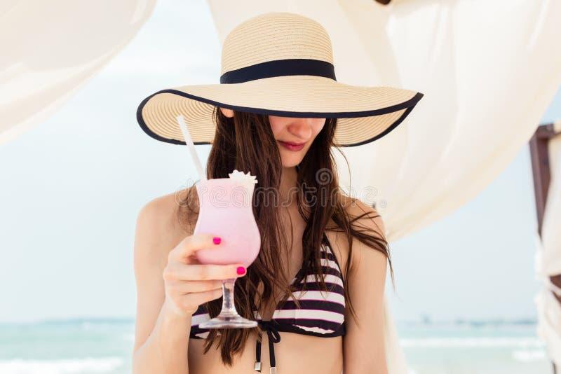 Προκλητική γυναίκα στις διακοπές παραλιών που πίνει ένα κοκτέιλ στοκ εικόνες