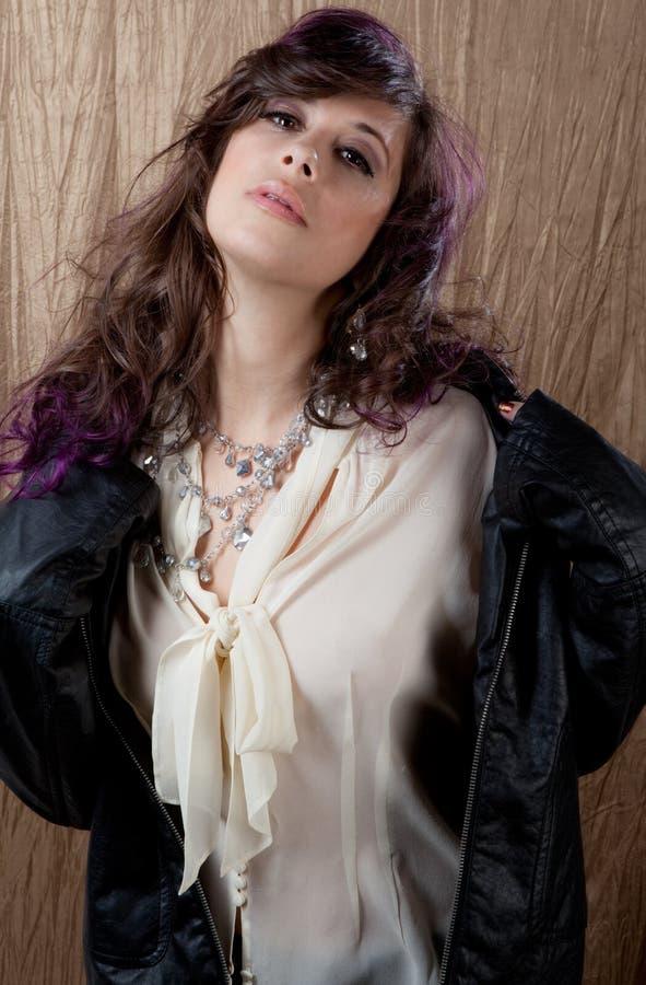 Προκλητική γυναίκα στο σακάκι δέρματος στοκ φωτογραφίες με δικαίωμα ελεύθερης χρήσης