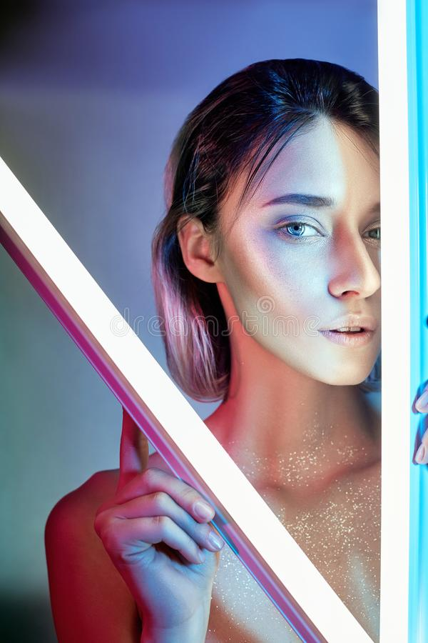 Προκλητική γυναίκα στο φως νέου lingerie Φω'τα νέου και έντονο φως του φωτός στο πρόσωπο κοριτσιών Γυμνή γυναίκα στα τσέκια στο υ στοκ φωτογραφία με δικαίωμα ελεύθερης χρήσης