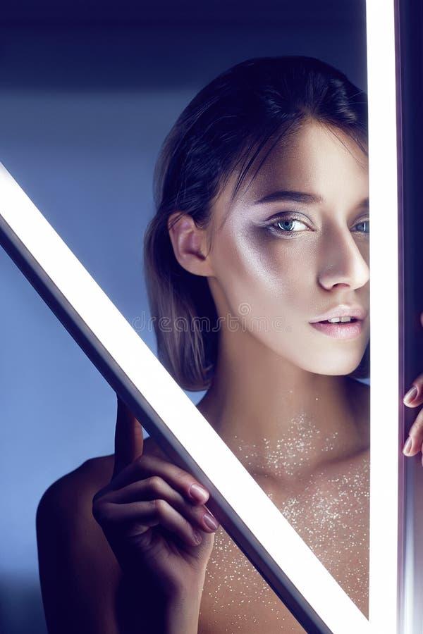 Προκλητική γυναίκα στο φως νέου lingerie Φω'τα νέου και έντονο φως του φωτός στο πρόσωπο κοριτσιών Γυμνή γυναίκα στα τσέκια στο υ στοκ εικόνες