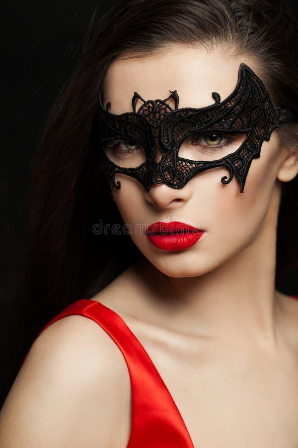 Προκλητική γυναίκα brunette στη μάσκα καρναβαλιού, θηλυκή κινηματογράφηση σε πρώτο πλάνο προσώπου στοκ εικόνα με δικαίωμα ελεύθερης χρήσης