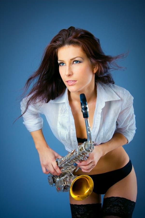 προκλητική γυναίκα saxophone στοκ φωτογραφία με δικαίωμα ελεύθερης χρήσης