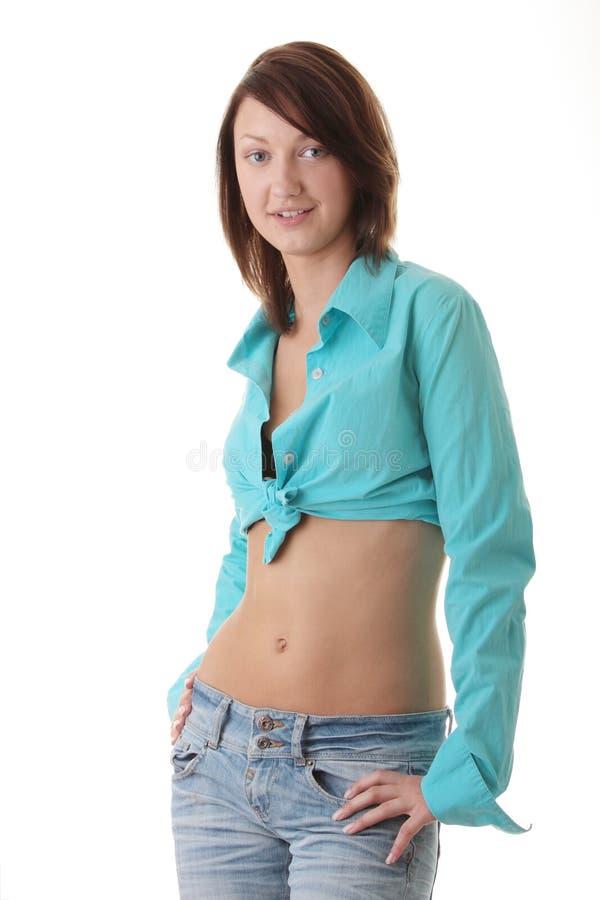 Προκλητική, κατάλληλη γυναίκα στα τζιν, με το γυμνό στομάχι στοκ φωτογραφίες