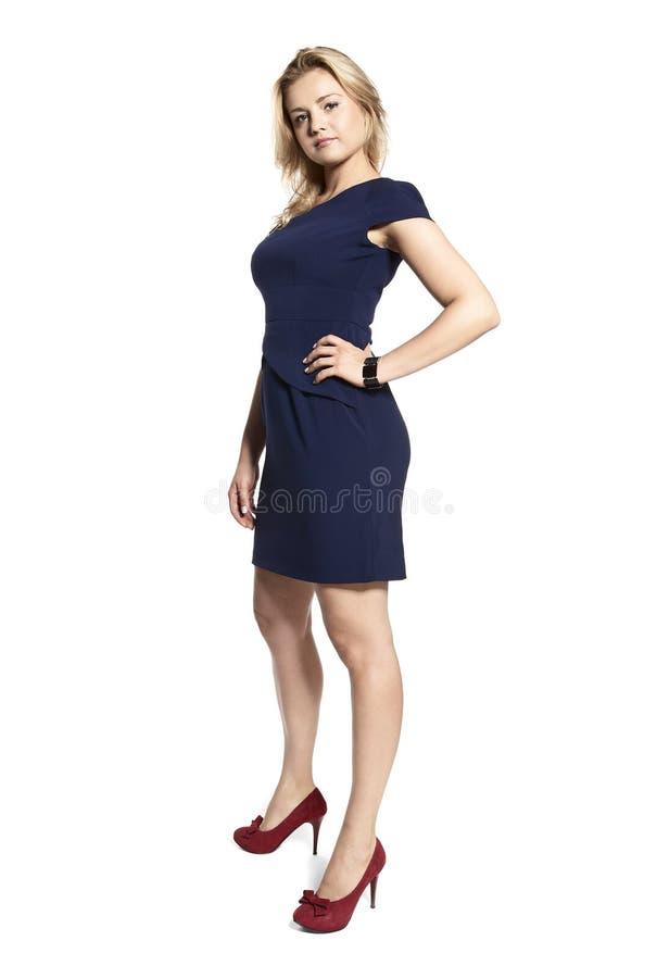 Προκλητική νέα γυναίκα σε ένα μπλε ναυτικό φόρεμα στοκ εικόνες με δικαίωμα ελεύθερης χρήσης