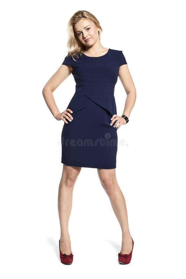 Προκλητική νέα γυναίκα σε ένα μπλε ναυτικό φόρεμα στοκ φωτογραφία