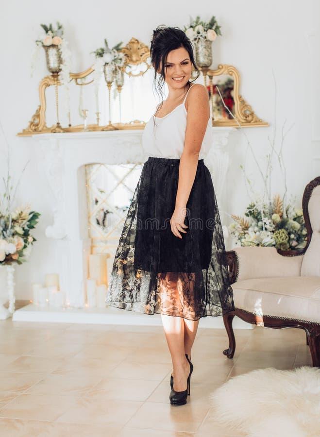 Προκλητική νέα όμορφη γυναίκα brunette στοκ εικόνα με δικαίωμα ελεύθερης χρήσης