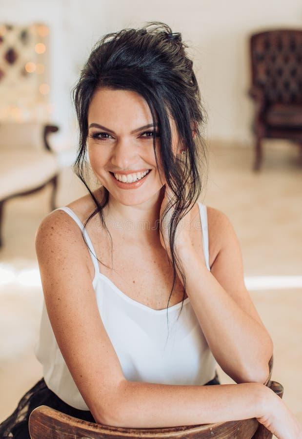 Προκλητική νέα όμορφη γυναίκα brunette στοκ φωτογραφίες με δικαίωμα ελεύθερης χρήσης