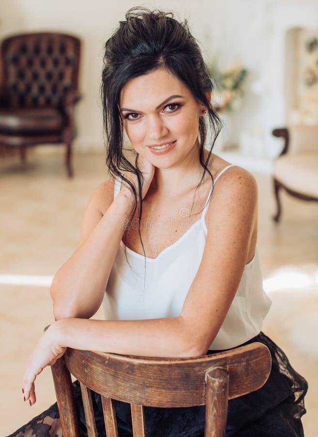 Προκλητική νέα όμορφη γυναίκα brunette στοκ εικόνες