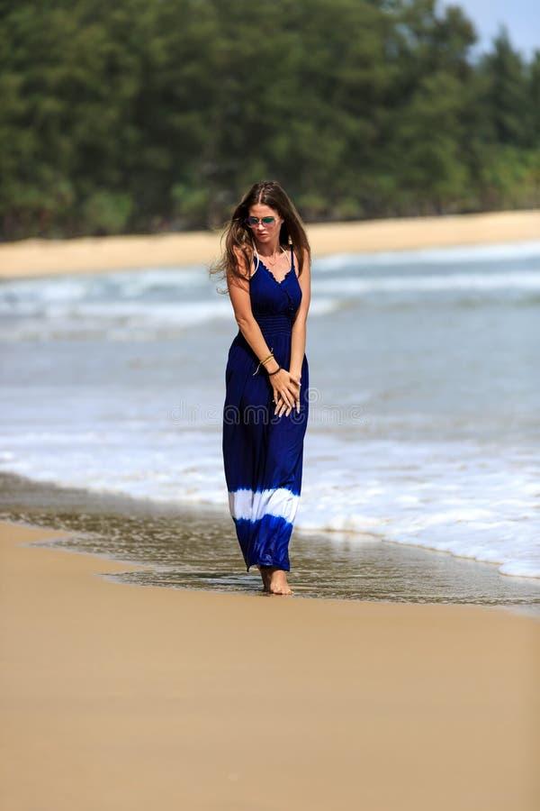 Προκλητική πρότυπη τοποθέτηση μόδας στην παραλία στοκ εικόνα με δικαίωμα ελεύθερης χρήσης