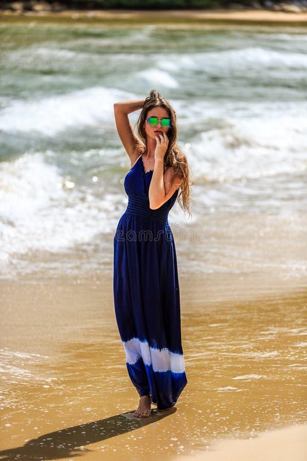 Προκλητική πρότυπη τοποθέτηση μόδας στην παραλία στοκ εικόνες